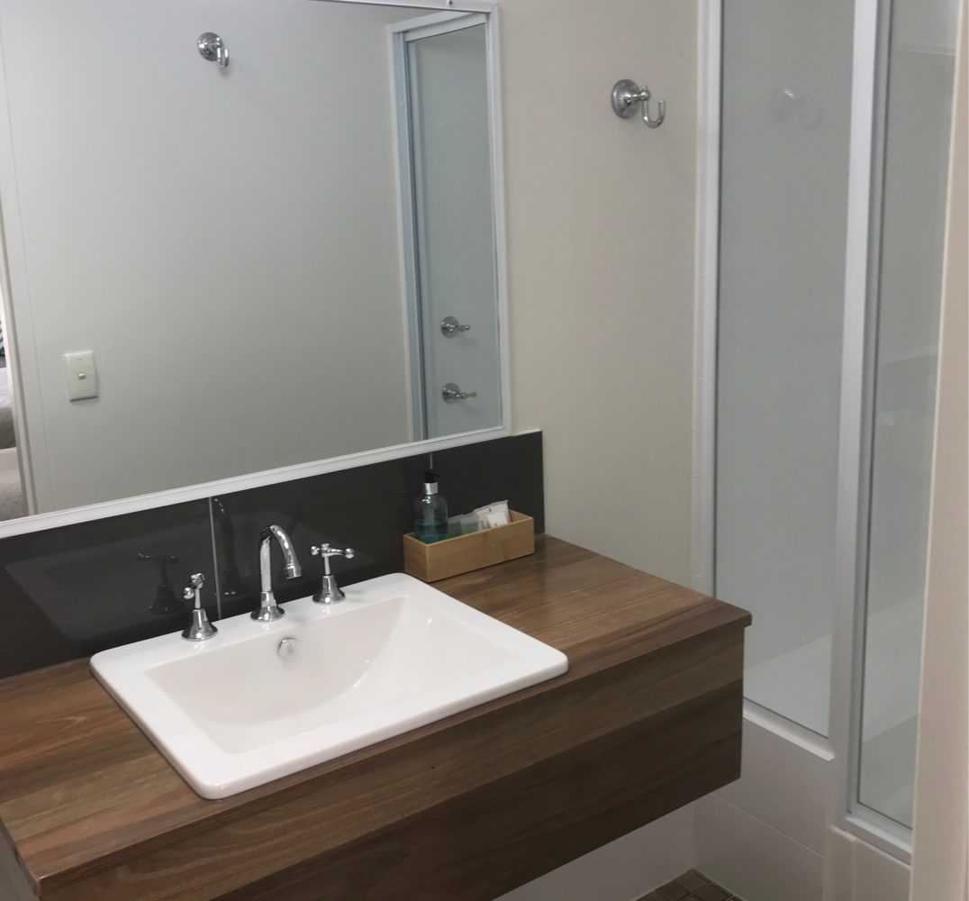 Executive-Twin-Bathroom-Cooks-Endeavour-Motor-Inn