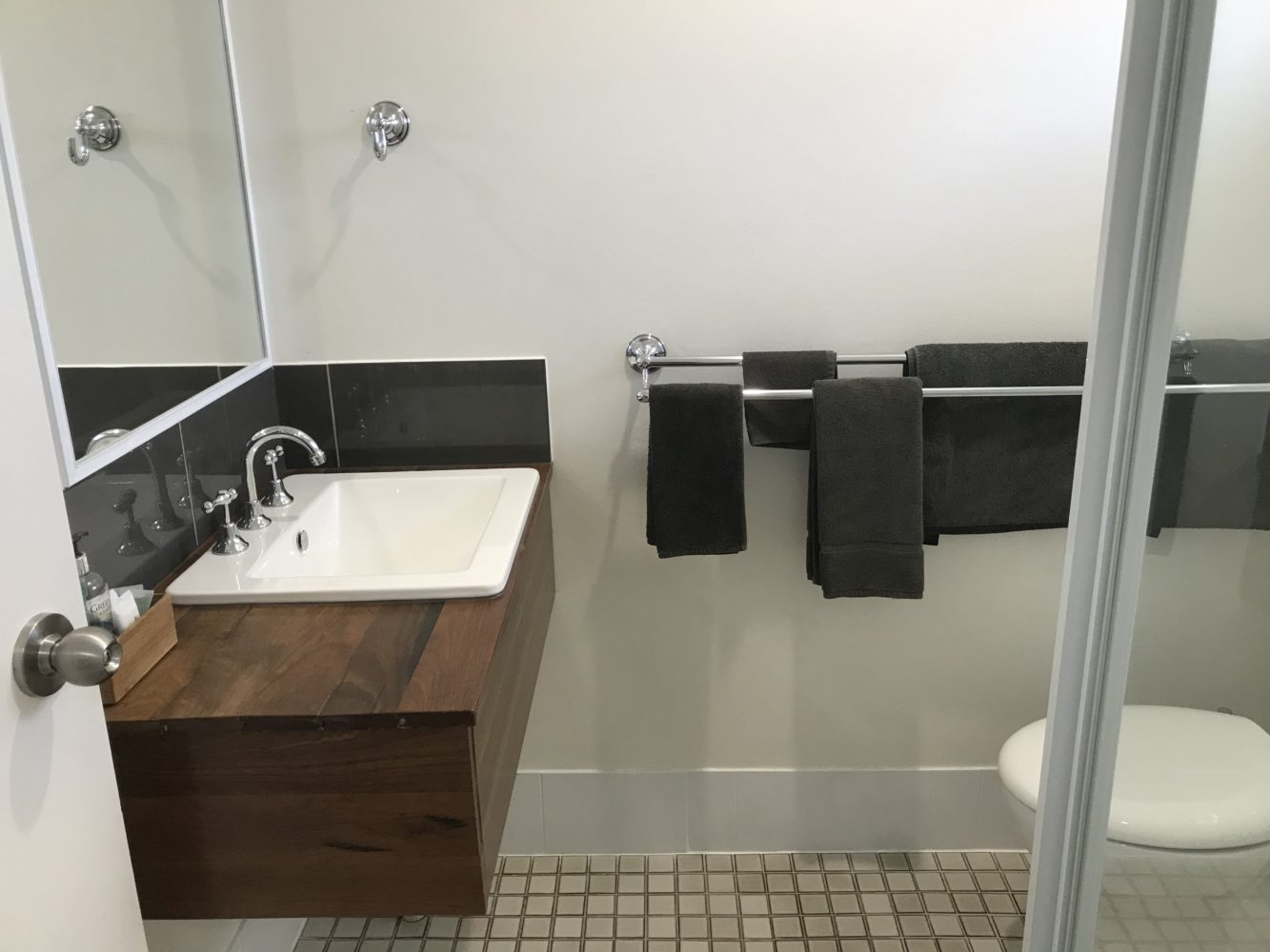 Twin Room Bathroom, Cooks Endeavour Motor Inn
